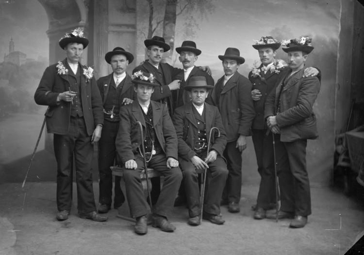 Skupina rekrutů ze Světlíku v ateliéru Seidel, prosinec 1914.