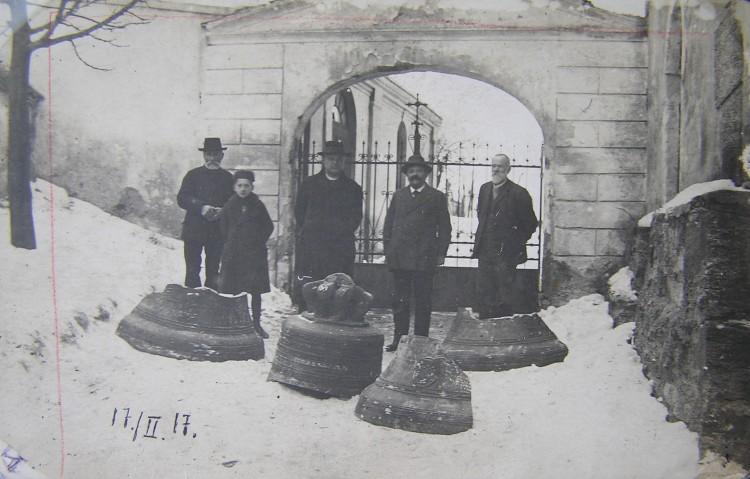 Odvoz rozbitého zvonu z velešínského kostela pro potřeby válečného průmyslu.