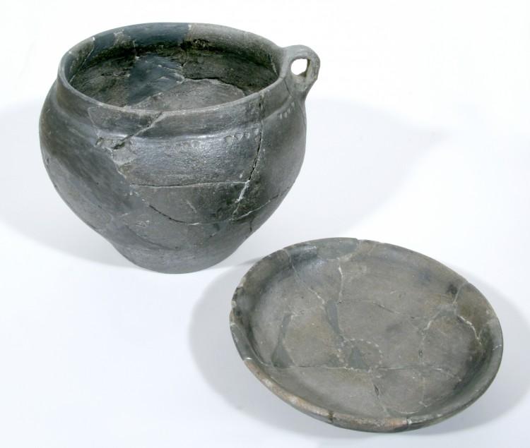 Halštatská keramika z mohyl na Boleticku.
