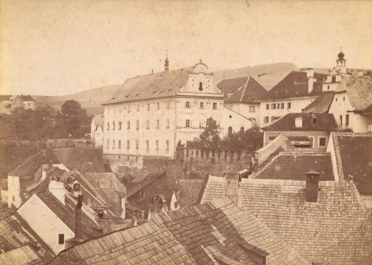Pohled na historickou budovu bývalého jezuitského semináře - dnešního muzea - datovaný kolem roku 1905.