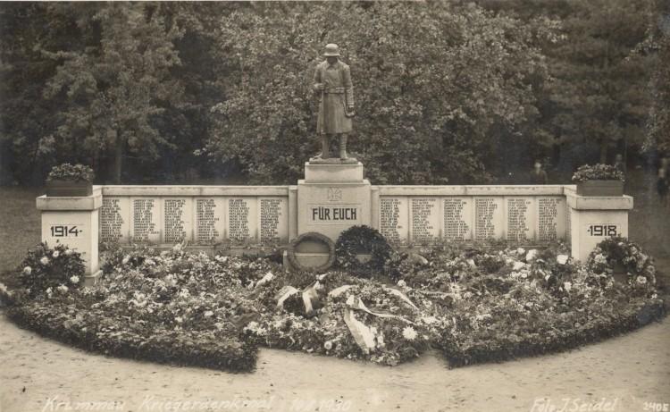 Pomník padlým spoluobčanům ve světové válce v městském parku v Českém Krumlově, zrušený po roce 1945