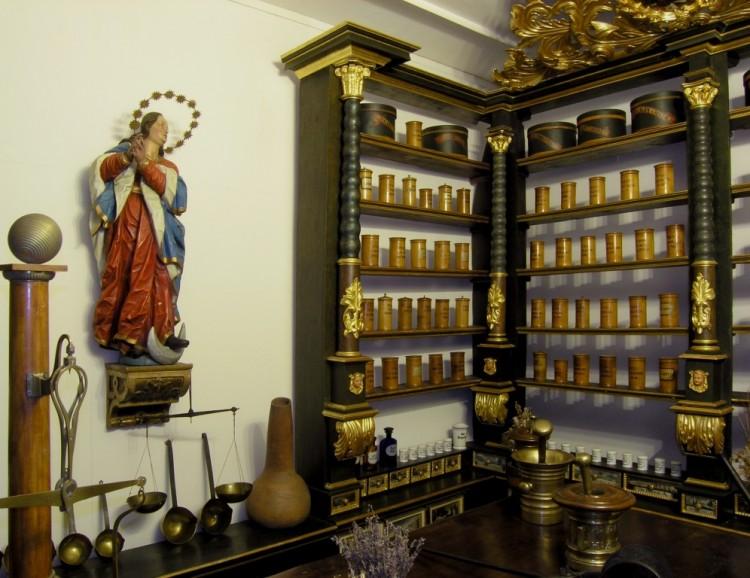 Mobiliář barokní lékárny se sochou Panny Marie Immaculaty, Český Krumlov - jezuitská kolej, 18. století