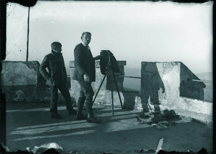 10. Josef Seidel při fotografování na koruně rozhledny na Kleti, nedatováno (Museum Fotoateliér Seidel)
