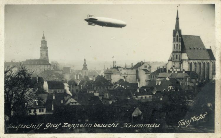 17. Wenzel Micko - vzducholoď Graf Zeppelin přelétá nad městem, 1938 (Regionální muzeum v Č.K.)
