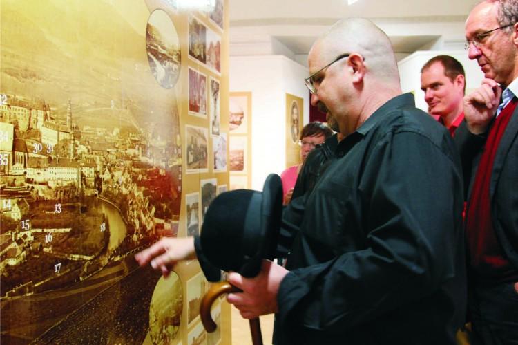 24. Foto z vernisáže - autor výstavy Ing. Ladislav Pouzar provází návštěvníky.