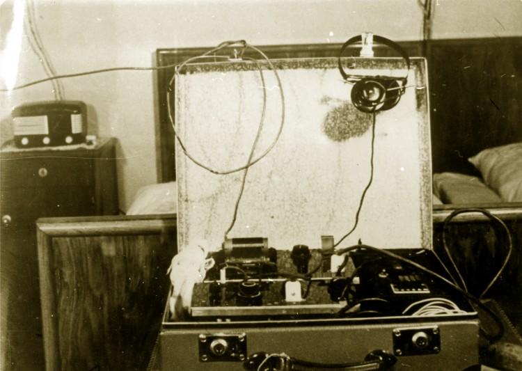 06. Vysílačka MUDr. Josefa Zenáhlíka. Jedná se o britský typ 3MK II,  po válce upravený a vyráběný v západním Německu firmou Telefunken.