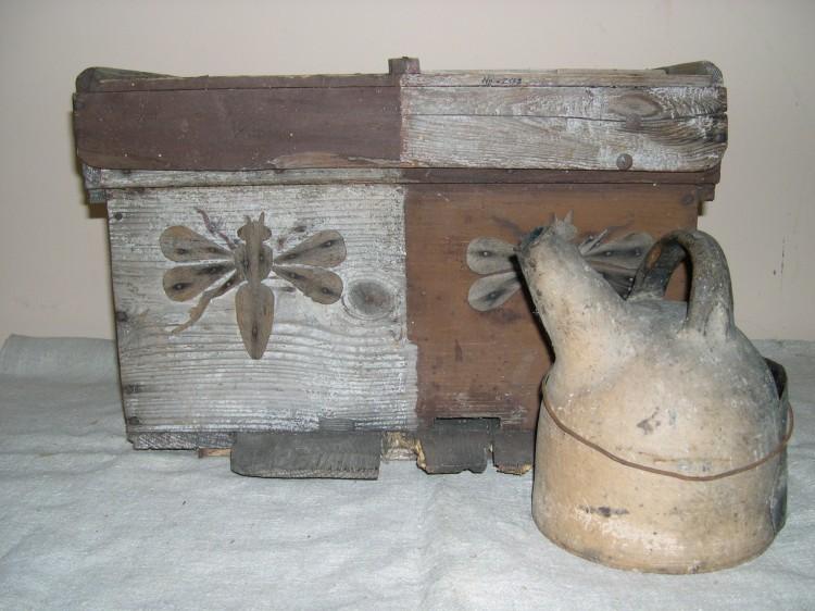 Dřevěný úl a vykuřovadlo na včely, polovina 19. století.