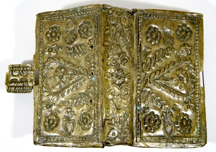 Nebeklíč - tepaná kovová obálka, český tisk, Křemže, 18. století.