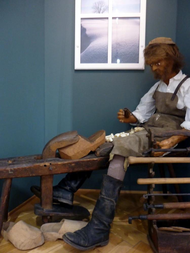 Domácí výroba dřeváků.