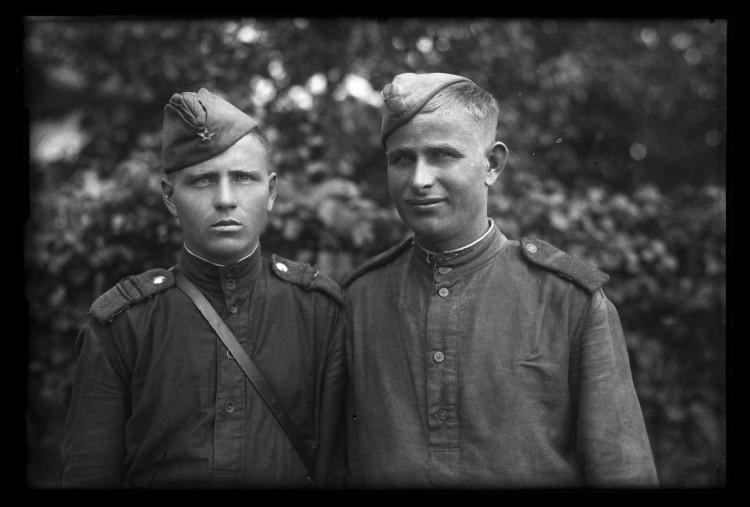 Snímek dvou vojáků Rudé armády, květen - červen 1945